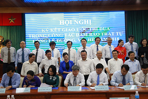 Các quận huyện tham gia lễ ký kết. Ảnh: Hữu Nguyên