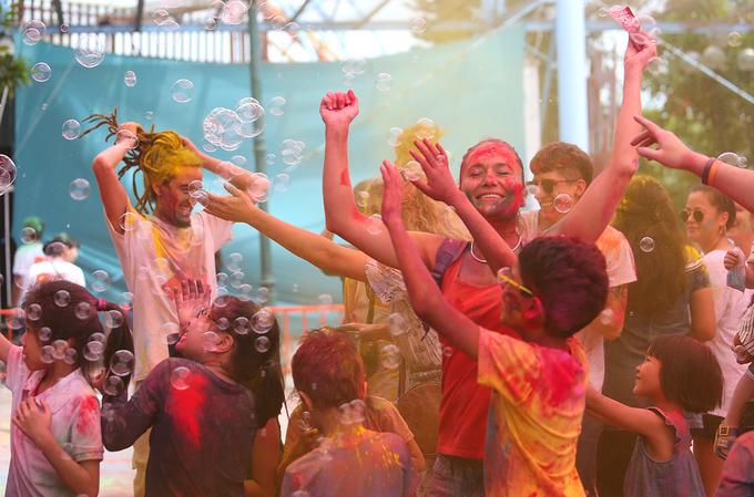 Nghìn người hoà mình trong lễ hội 'mưa' bột màu