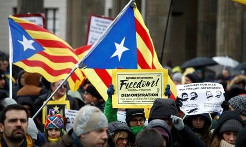 Những người biểu tình tham gia cuộc tuần hành yêu cầu trả tự do cho cựu thủ hiến Catalonia ở thủ đô Berlin, Đức. Ảnh: AFP.