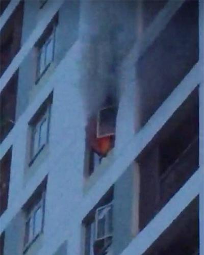 Ngọn lửa phát ra từ căn hộ tầng 8. Ảnh: Tin Tin