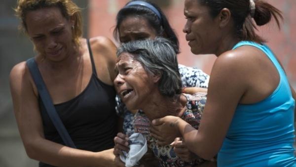 Người thân nạn nhân bật khóc khi hay tin vụ cháy chết người. Ảnh: Reuters.