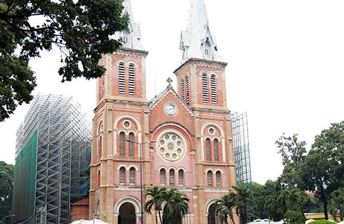 Nhà thờ Đức Bà Sài Gòn đang được rào chắn để phục vụ trùng tu. Ảnh: Hữu Công.