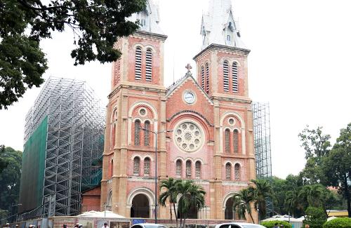 Nhà thờ Đức Bà Sài Gòn đang được rào chắn để phục vụ trùng tu. Ảnh: Hữu Công