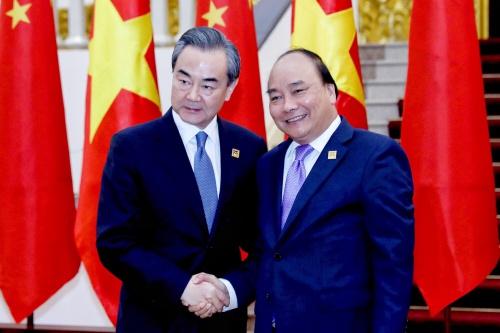 Uỷ viên Quốc vụ Trung Quốc Vương Nghị và Thủ tướng Nguyễn Xuân Phúc trong cuộc gặp hôm qua tại Văn phòng chính phủ. Ảnh: Giang Huy.