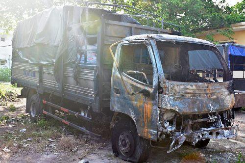 Cabin xe tải cháy rụi do xe máy tóe lửa sau cú va. Ảnh: Thạch Thảo.