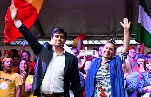 Ông Quesada và vợ cùng người ủng hộ. Ảnh: AFP.