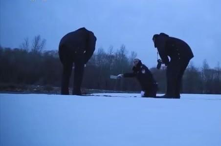 Cảnh sát tìm dấu vết trên tuyết.