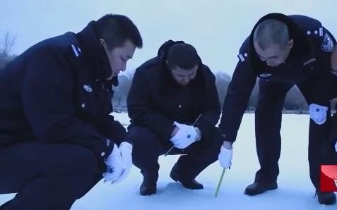 Chuyên gia dấu vân chân phân tích dấu chân trên tuyết.
