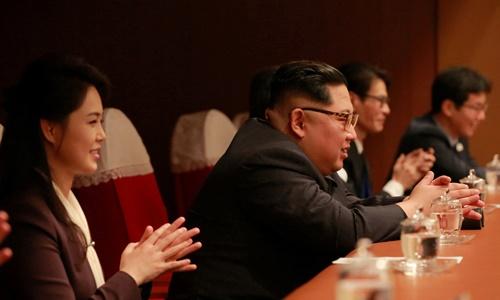Lãnh đạo Triều Tiên Kim Jong-un và vợ theo dõi buổi biểu diễn của các nghệ sĩ Hàn Quốc ở Bình Nhưỡng tối 1/4. Ảnh: Reuters.