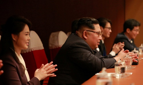 Ông Kim Jong-un và vợ cùng theo dõi buổi hòa nhạc. Ảnh: Reuters.