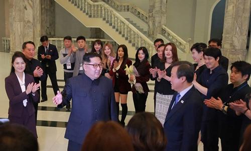 Nhà lãnh đạo Triều Tiên Kim Jong-un gặp đoàn nghệ sĩ Hàn Quốc đến biểu diễn ở Bình Nhưỡng ngày 1/4. Ảnh: KCNA.