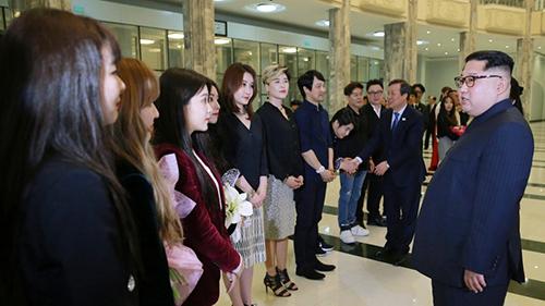 Ông Kim Jong-un trò chuyện với các ca sĩ của nhómRed Velvet sau buổi diễn. Ảnh: AP.