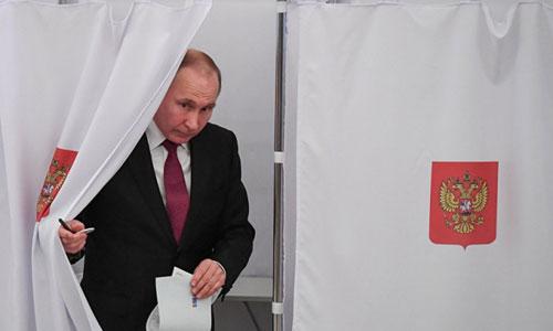 Putin đi bỏ phiếu trong cuộc bầu cử tổng thống Nga 2018. Ảnh: Reuters.