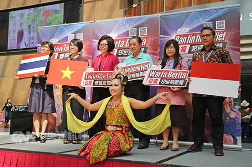 Các đại diện của đài PTS công bố chương trình tin tứcbằng ba ngôn ngữ là Indonesia, Việt Nam và Thái Lan