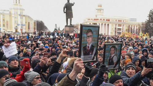 Người dân Kemerova tuần hành phản đối quan chức tham nhũng sau vụ cháy trung tâm thương mại. Ảnh: AFP.