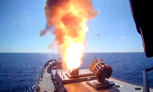 Tàu chiến Nga trên Địa Trung Hải phóng tên lửa hành trình diệt phiến quân ở Syria. Ảnh: RT.