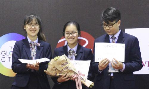 Ba học sinh giành giải nhất bảng thi đấu bằng tiếng Anh. Ảnh: BTC
