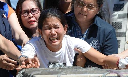 Chị gái nạn nhân đau khổ khi xác em về tới sân bay Manila hồi tháng 2. Ảnh: AFP.