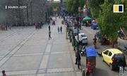 Bé trai Trung Quốc bị ôtô chèn qua sau khi ngã từ xe đạp điện
