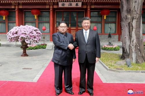 Lãnh đạo Triều Tiên Kim Jong-un (trái) và Chủ tịch Trung Quốc Tập Cận Bình tại Bắc Kinh hồi cuối tháng ba. Ảnh: KCNA.