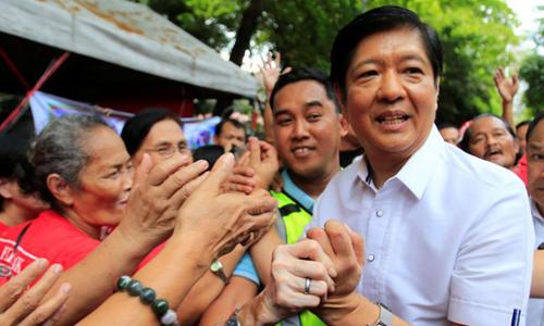 Ông Ferdinand Marcos Jr chào người ủng hộ bên ngoài tòa tối cao ở Manila ngày 2/4. Ảnh: Reuters.