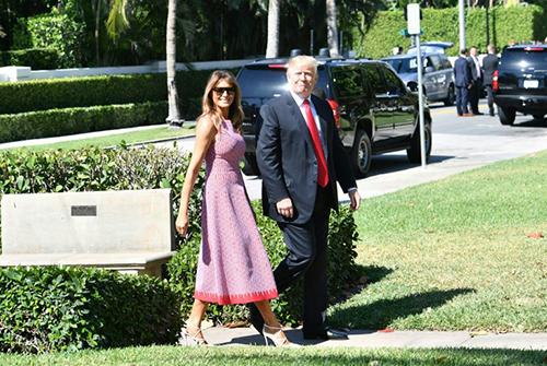 Bà Melania và ông Trump tươi cười bước vàonhà thờBethesda-by-the-Sea, ở Palm Beach, Florida,để dự Lễ Phục sinh