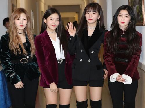 4 trong 5 thành viên nhóm nhạc Red Velvet, Hàn Quốc, tại buổi tổng duyệt trước chương trình biểu diễn tối 1/4. Ảnh: Sky News.