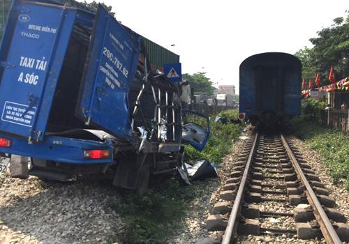 Ôtô bị tàu hỏa đâm biến dạng khi vượt qua đường sắt
