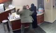 Cô gái Hồi giáo đội khăn trùm đầu bị đấm túi bụi tại Mỹ