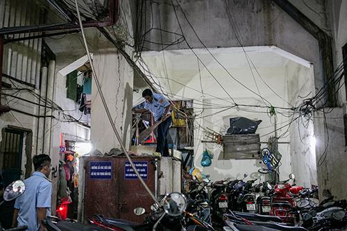 Lối thoát hiểm chung cư Nguyễn Thị Nghĩa bị bãi xe cùng nhiều vật dụng cản trở. Ảnh: Thành Nguyễn