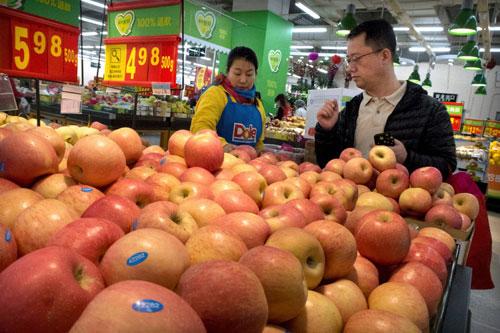 Táo nhập khẩu từ Mỹ được bày bán trong một siêu thị ở Bắc Kinh. Ảnh: AP.