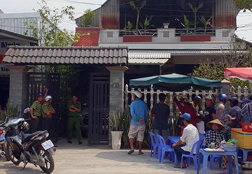 Nhiều người dân địa phương theo dõi cảnh sát vây bắt ổ bạc. Ảnh: Lan Vy