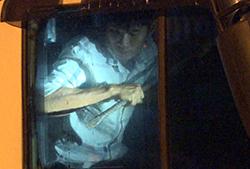 Sau khi lao ôtô tải vào cảnh sát bất thành, tài xế Quốc khoá cửa, cố thủ trong cabin nhiều giờ liền. Ảnh: Vĩnh Nam