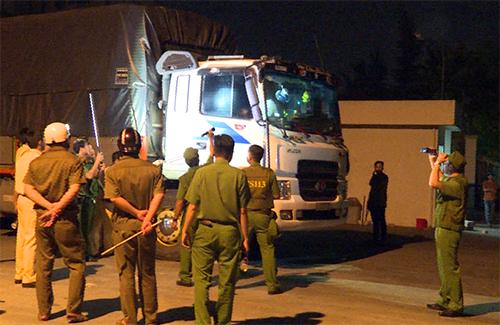 Sau hơn 3 tiếng thuyết phục bất thành, cảnh sát buôi phải phá cửa ôtô tải, khống chế tước hung khí của tài xế Quốc và Hoàng. Ảnh: Vĩnh Nam