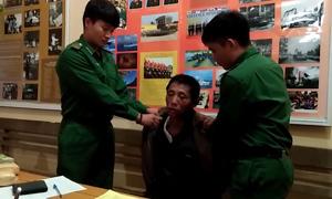 Hai người Lào bị bắt khi đưa 18.000 viên ma túy vào Việt Nam