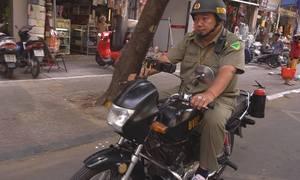 Bảo vệ dân phố phát loa phòng chống cháy nổ ở TP HCM