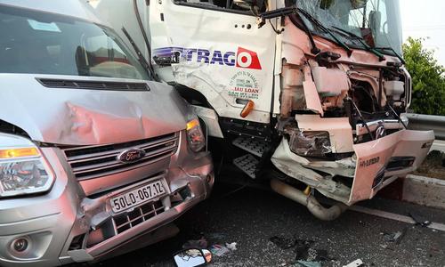8 ôtô biến dạng sau tai nạn vì khói trên cao tốc Long Thành