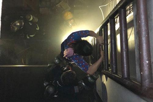 Lính cứu hỏa giúp người dân thoát khỏi đám cháy chung cư 14 tầng ở thủ đô Bangkok, Thái Lan. Ảnh: Bangkok Post.