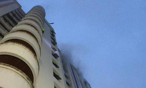 Hỏa hoạn tại chung cư Rajtevee, số 18 đườngSoi Phetchaburi, Bangkok, Thái Lan vào sáng ngày 3/4. Ảnh: Bangkok Post.