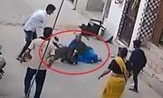 Đám đông hợp sức cứu bé trai bị chó cắn xé ở Ấn Độ