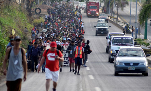 Đoàn người di cư đi qua thành phố Tapachula, Mexico hôm 25/3. Ảnh: Reuters.