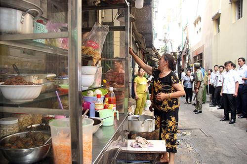 Nhiều căn nhà bày bán đồ ăn tại các lối thoát hiểm của chợ. Ảnh: Duy Trần