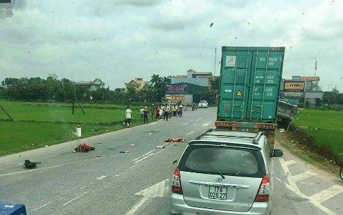 Hiện trường vụ tai nạn khiến 2 mẹ con chị Trịnh Thị Chơn, trú tại xã An Lễ, huyện Quỳnh Phụ (Thái Bình) tử vong. Ảnh: CTV