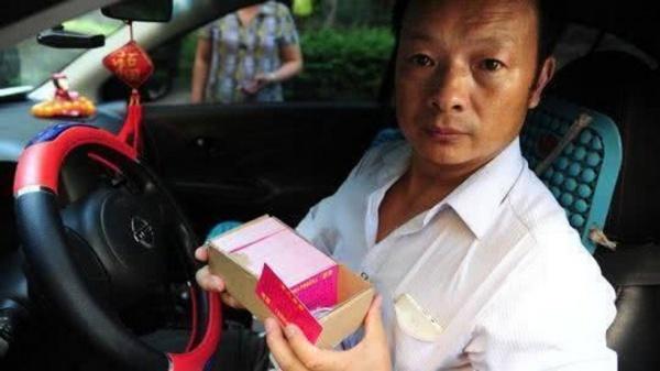 Ông Wang phát hàng nghìn tờ rơi. Ảnh: SCMP.