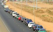 Tài xế Nigeria xếp hàng cả cây số, chờ 12 tiếng để đổ xăng
