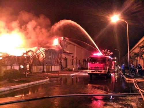 Ngọn lửa bùng phát tại một nhà kho ở khu công nghiệp rồi lan ra diện rộng. Ảnh. Đ.X