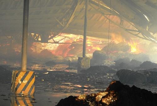 Vụ cháy kéo dài nhiều giờ thiêu rụi hoàn toàn phân xưởng rộng 8.500 m2. Ảnh: Minh Cương