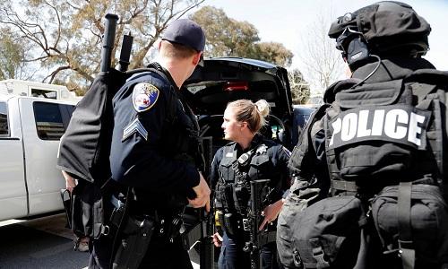 Cảnh sát có mặt tại trụ sở YouTube ở San Bruno. Ảnh: Guardian.