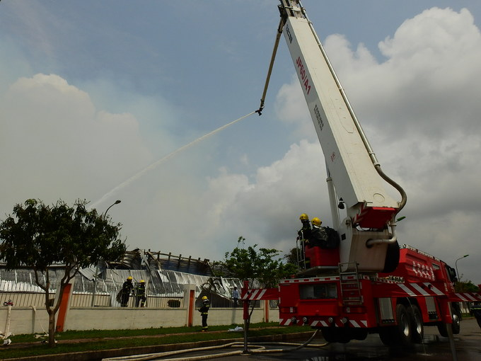 Kho chứa bông vải ở Quảng Ninh cháy suốt 12 tiếng chưa dứt