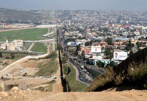 Tuyến biên giới giữa Mỹ (trái) và Mexico. Ảnh: Wikipedia.